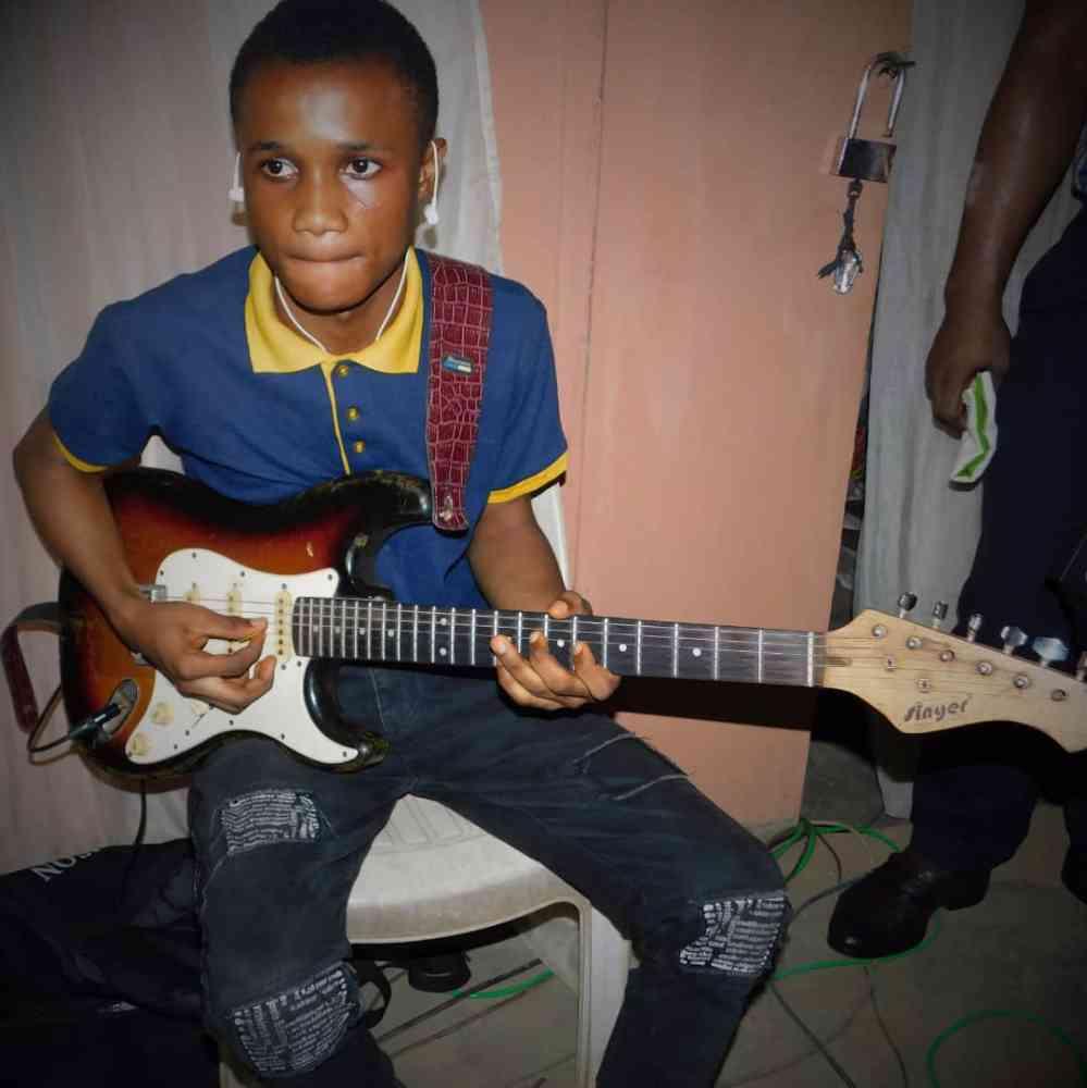 Ayoola guitarist