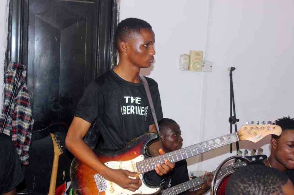 Ayoola guitarist picture